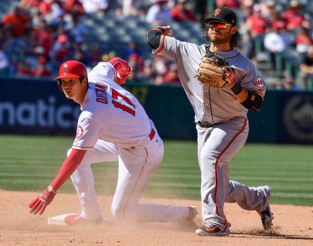 6回に右前安打で出塁後、後続打者の攻撃で二塁ベースにスライディングする大谷