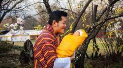 ブータン国王が生後2週間の王子の写真公開、そのお顔は?