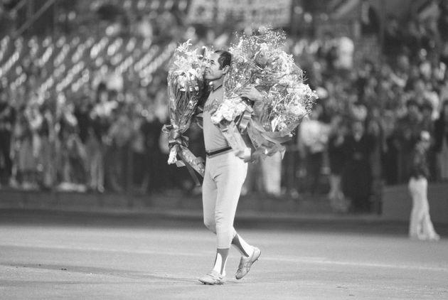 2215試合連続出場で引退の花道を飾った広島の衣笠祥雄内野手=1987年10月22日、横浜スタジアム
