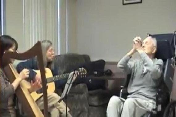 認知症の脳でも音楽は認識できる―音楽療法の患者・家族への効果