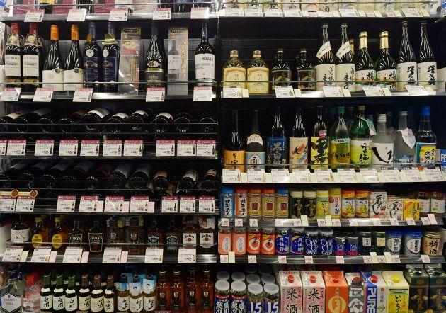 アルコールが並んだ棚