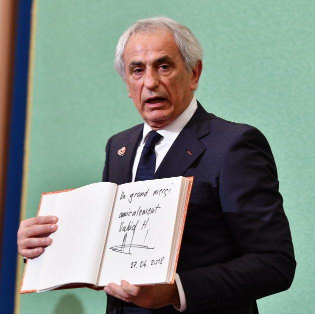 会見後、日本記者クラブの台帳に書いたメッセージを見せるハリルホジッチ氏