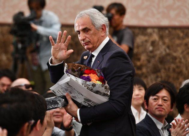 会見終了後、記者らに手を振りながら会場を後にするハリルホジッチ氏
