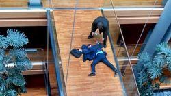右翼政党「イギリス独立党」議員、欧州議会でいきなり倒れる 同僚議員に殴られた?