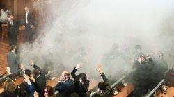 コソボ国会、野党議員が催涙ガスを噴射する事態に【動画】