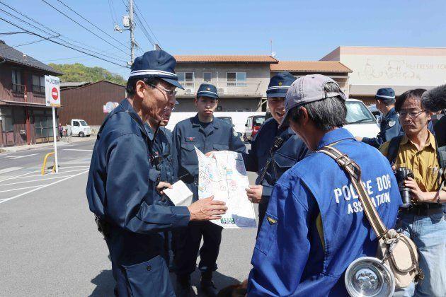 捜索範囲を確認する広島、愛媛両県警=21日、広島県尾道市