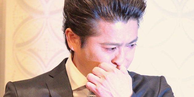 会見で涙を流す山口達也さん=4月26日、東京