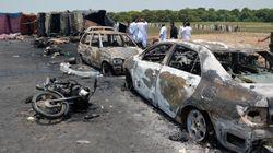 パキスタンでタンクローリー炎上、140人死亡 石油を集めに来た村人が多数被害に