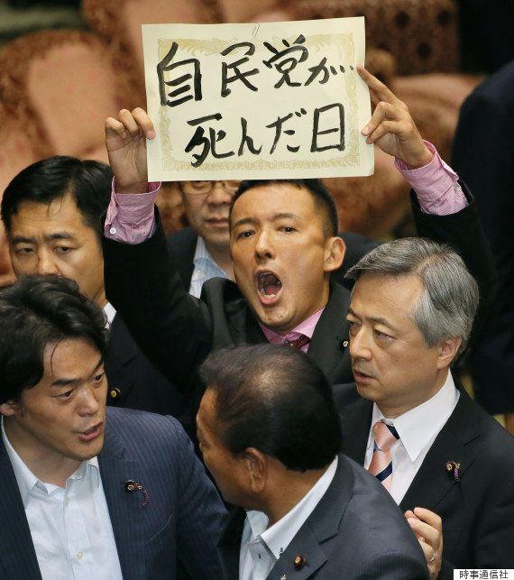 山本太郎氏、喪服で一人牛歩 自民党席に向かって合掌【安保法案】