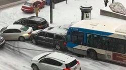 雪に覆われた通りがツルツル、車がなすすべなく次々と玉突き(動画)