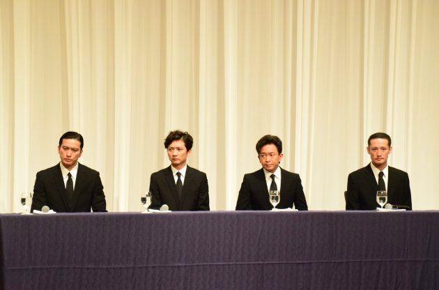記者会見するTOKIOのメンバー。左から長瀬智也さん(39)、国分太一さん(43)、城島茂さん(47)、松岡昌宏さん(41)