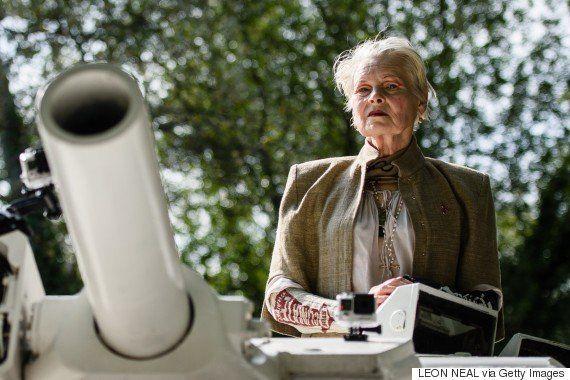 ヴィヴィアン・ウエストウッドが戦車でやってきた キャメロン首相に抗議(動画)