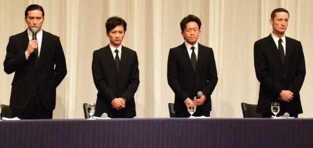 記者会見したTOKIOの4人。左から長瀬智也さん(39)、国分太一さん(43)、城島茂さん(47)、松岡昌宏さん(41)