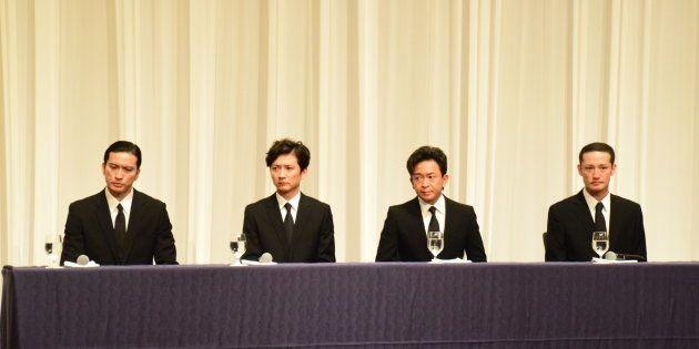 記者会見に臨むTOKIOメンバー4人