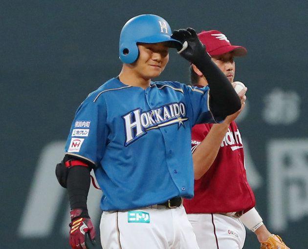 2回、プロ初打席で二塁打を放ち、塁上で笑顔を見せる日本ハムの清宮幸太郎=2日、札幌ドーム