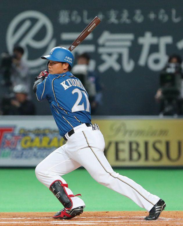 2回、プロ初打席で二塁打を放つ日本ハムの清宮幸太郎=2日、札幌ドーム
