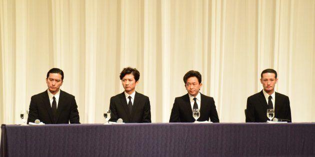 記者会見に臨むTOKIOのメンバー4人(5月2日)