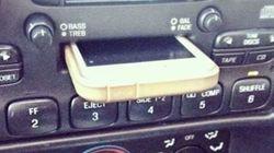 iPhoneをカセットデッキに突っ込んで「傷がついた」と苦情を言う若者がいるらしい(画像)