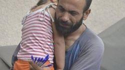 路上で娘を抱えながらペンを売るシリア難民の父親に、見知らぬ人たちから手が差し伸べられた(画像)