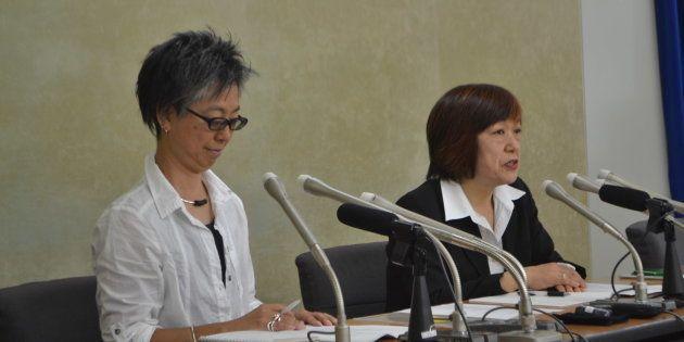 会見する林美子さん(右)と松元千枝さん=厚生労働省
