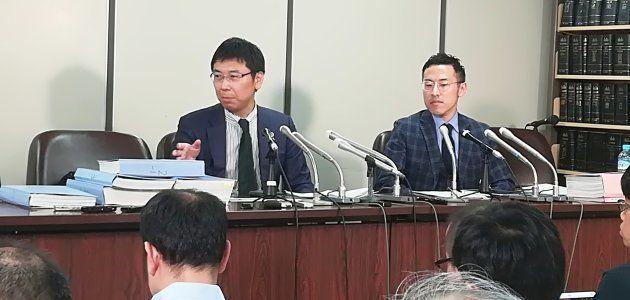 司法クラブで記者会見する佐々木亮弁護士(左)と北周士弁護士(右)
