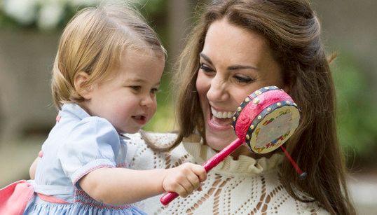 シャーロット王女、「でんでん太鼓」でごきげんの笑顔(画像集)