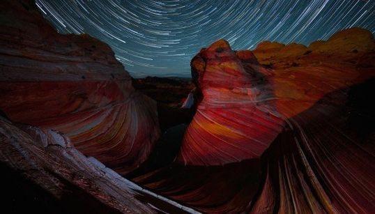 砂漠の上で幻想的な星がゆらめくタイムラプス動画