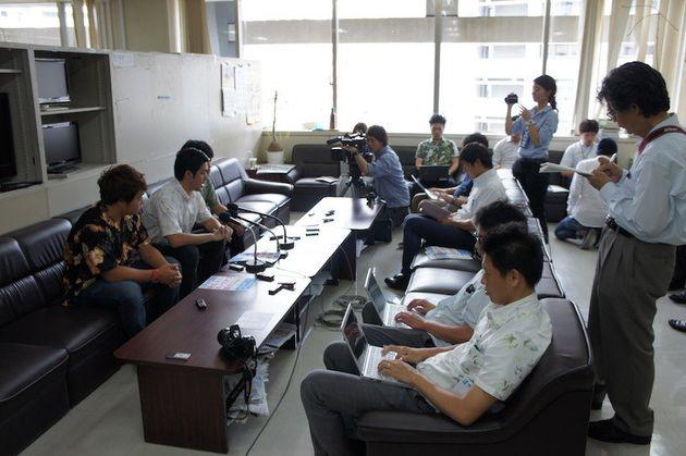 署名活動の報告を聞きに集まった県内外の報道各社=5月18日、沖縄県庁