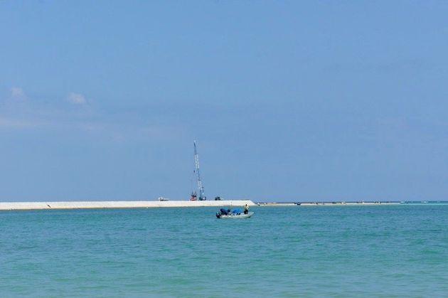 米軍新基地埋め立て工事のための護岸建設が続く大浦湾=5月14日、名護市辺野古