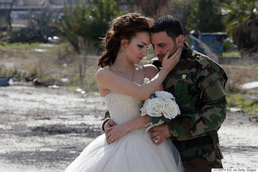 シリアの花嫁 ウェディングドレスは廃墟になった街でも美しく輝く