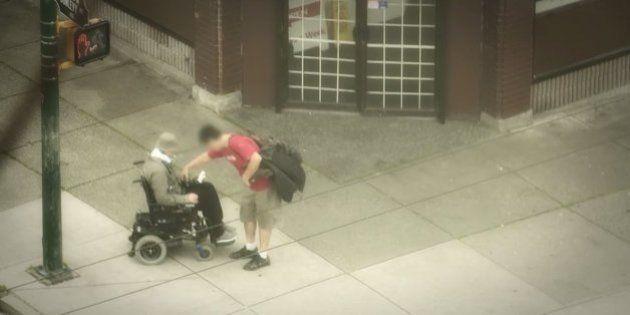 「車椅子のホームレス」に装っておとり捜査した警官、暴行されるかと思いきや...