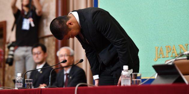 記者会見で頭を下げて謝罪する宮川泰介選手=東京・日本記者クラブ