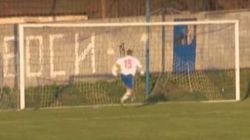 「サッカー史上最悪のミス」ゴールめがけてシュートをしたら...(動画)