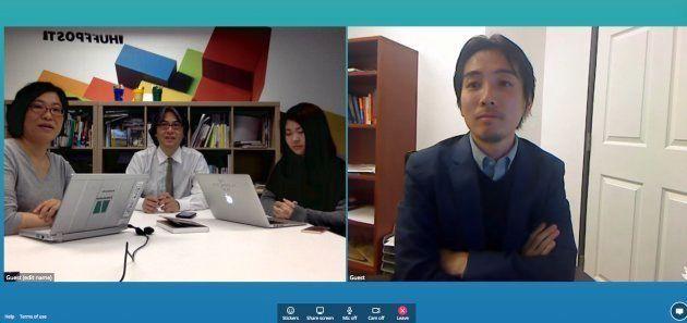 編集部員(左)からの質問に答える津川友介さん
