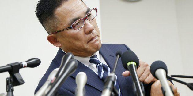日本大学の選手の悪質な反則行為でけがをした関西学院大学の選手の父親、奥野康俊さんが記者会見し、警察に被害届を提出したことを明らかにした=21日、大阪市