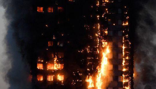 ロンドンのグレンフェル・タワーで大規模火災 閉じ込められた住民も 死者多数、50人以上が負傷