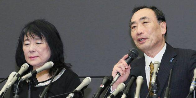 保釈され、記者会見する森友学園前理事長の籠池泰典被告(右)と妻の諄子被告=25日、大阪市北区