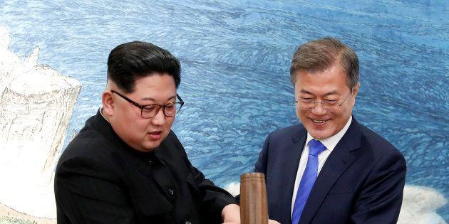 韓国の文在寅大統領府と北朝鮮の金正恩・朝鮮労働党委員長(左)