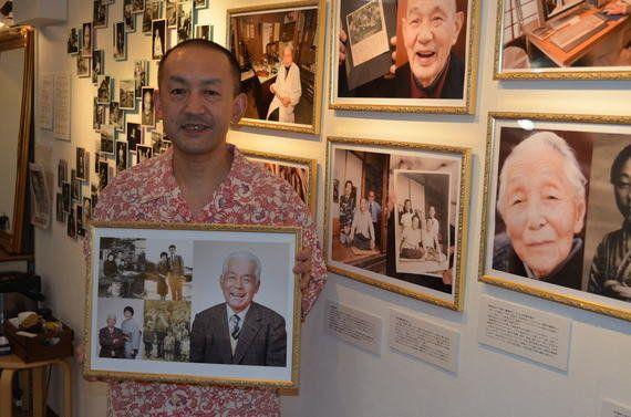 昔と今の写真を並べる「自分史額」。お年寄り生き生き
