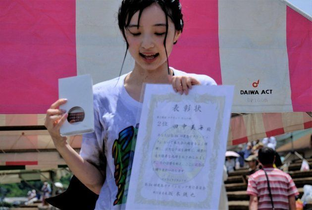 表彰状を受け取る田中美海さん(ヤツえもんさん提供)