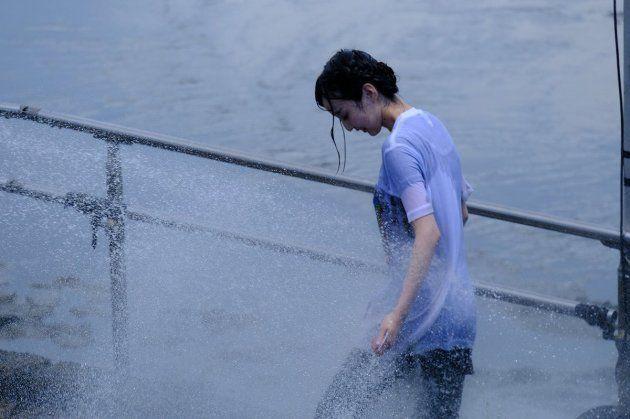 水浴びをする田中美海さん(ヤツえもんさん提供)