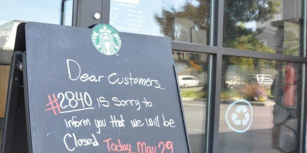 黒人来店者に対する人種差別批判を受けた従業員講習のため休業を知らせるスターバックス店舗前の看板=29日、アメリカ・カリフォルニア州サンノゼ