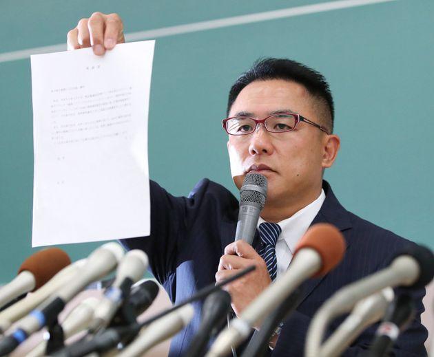 負傷した関西学院大の選手の父親は、タックルをした選手に対する被害届を出す一方、寛大な措置を求める嘆願書への署名も呼びかけた