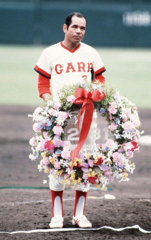 連続試合出場の世界新記録を達成し、グラウンドで記念の花輪を手にする衣笠祥雄選手=広島市