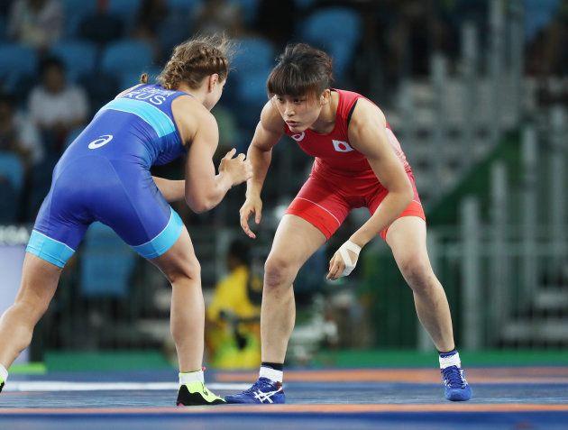 レスリング女子58キロ級決勝。ワレリア・コブロワゾロボワ(左、ロシア)と対戦する伊調馨=2016年8月17日、ブラジル・リオデジャネイロ