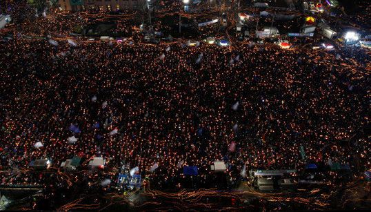 初雪の韓国・ソウルで、150万人が朴槿恵大統領の退陣を叫んだ(動画・画像)