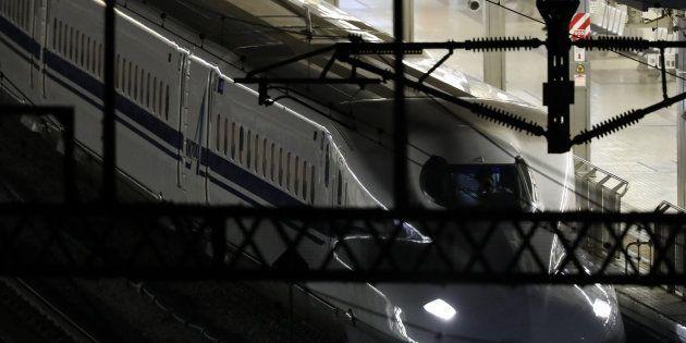 走行中の車内で3人が切り付けられ、小田原駅で停車中の新幹線「のぞみ265号」=10日午前0時5分、神奈川県小田原市