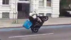 イギリスのドミノ・ピザ配達員がウィリー走行、しかし最後は......(動画)