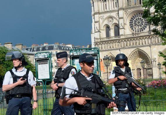 パリ・ノートルダム大聖堂前で警官が襲われる 容疑者「シリアのためだ」と叫びながら犯行【UPDATE】