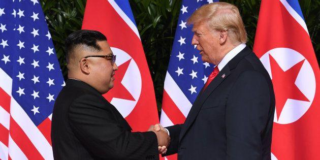 握手を交わす金正恩氏(左)とトランプ大統領(2018年6月12日、シンガポール・セントーサ島)
